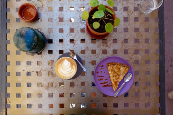 L'Anartiste: flat white and cake