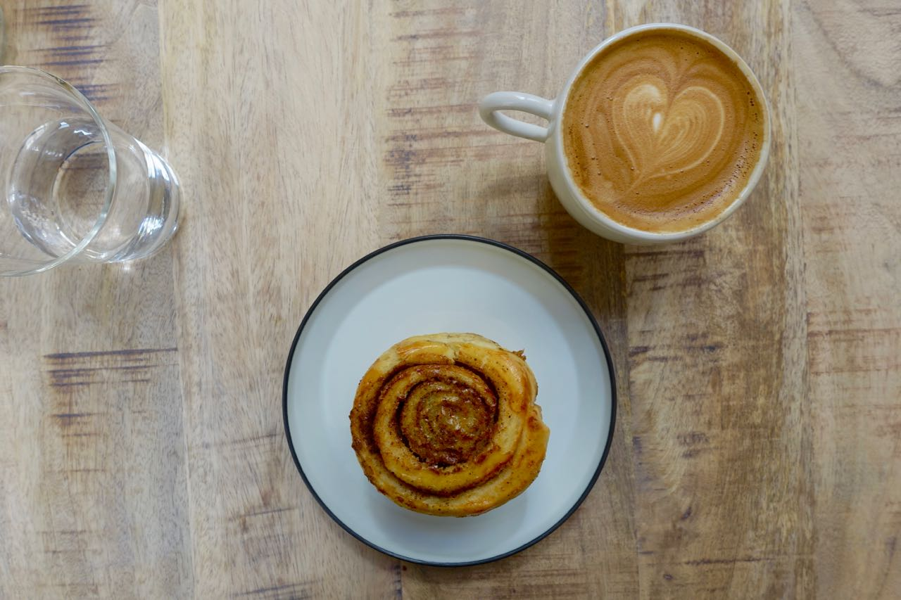 cinnamon roll and flat white at Horace, Specialty Coffee Guide Bordeaux